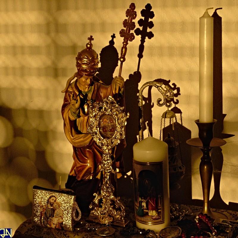 Heiligenfigur in der Abendsonne